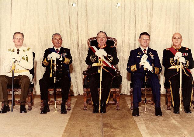 Fernando Matthei (cuarto de izquierda a derecha) con los otros miembros de la Junta de Gobierno (archivo)