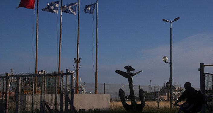 La entrada de la base naval argentina de dónde salió el submarino desaparecido ARA San Juan