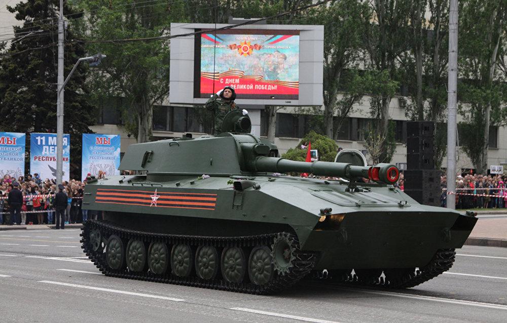 Obús autopropulsado 2S1 Gvozdika en el desfile en honor al 72 aniversario del Día de la Victoria en la Gran Guerra Patria, Donetsk, Ucrania, 9 de mayo de 2017