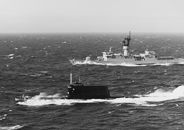Un submarino soviérico de la clase 629A, la misma a la que pertenecía el K-129, navega en aguas danesas frente a un buque estadounidense