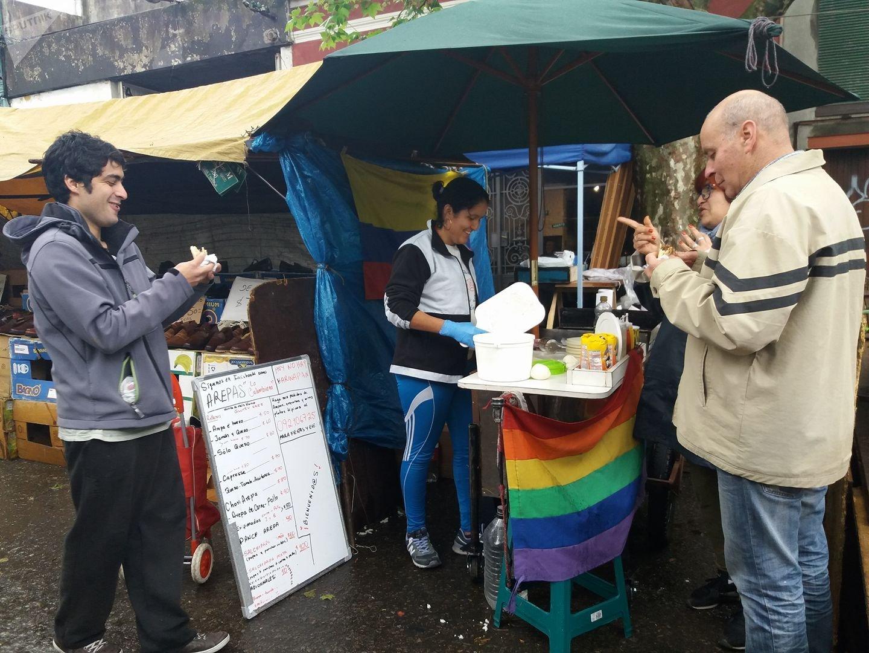 Uruguayos compran arepas colombianas en la tradicional feria de la calle Salto.