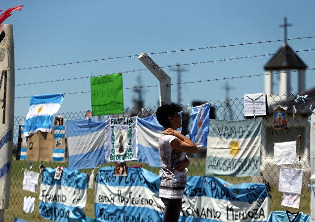 Carteles en apoyo a los 44 tripulantes del ARA San Juan