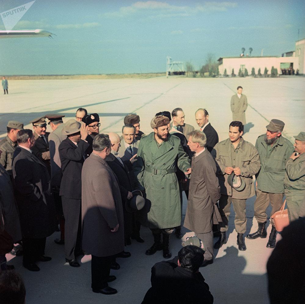 Fidel Castro, líder de la Revolución cubana, junto al entonces presidente del Consejo de Ministros, Leonid Brézhnev, y el primer secretario del Comité Central del Partido Comunista de la Unión Soviética, Nikita Jruschov