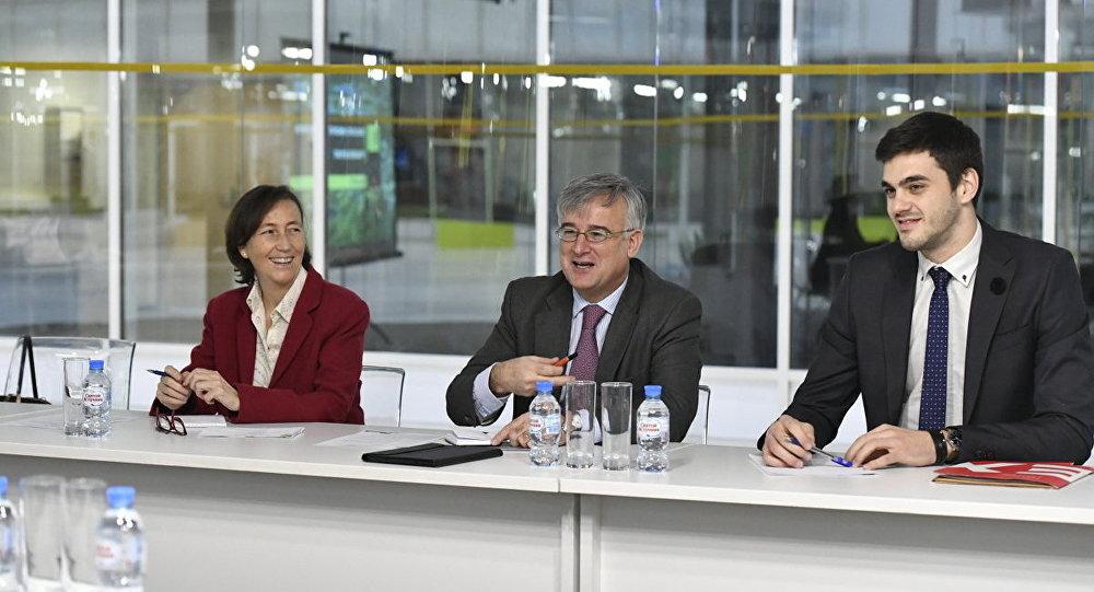 El Embajador de España en Rusia, Ignacio Ibáñez Rubio (en el centro de la imagen) durante su visita al parque tecnológico de Skolkovo