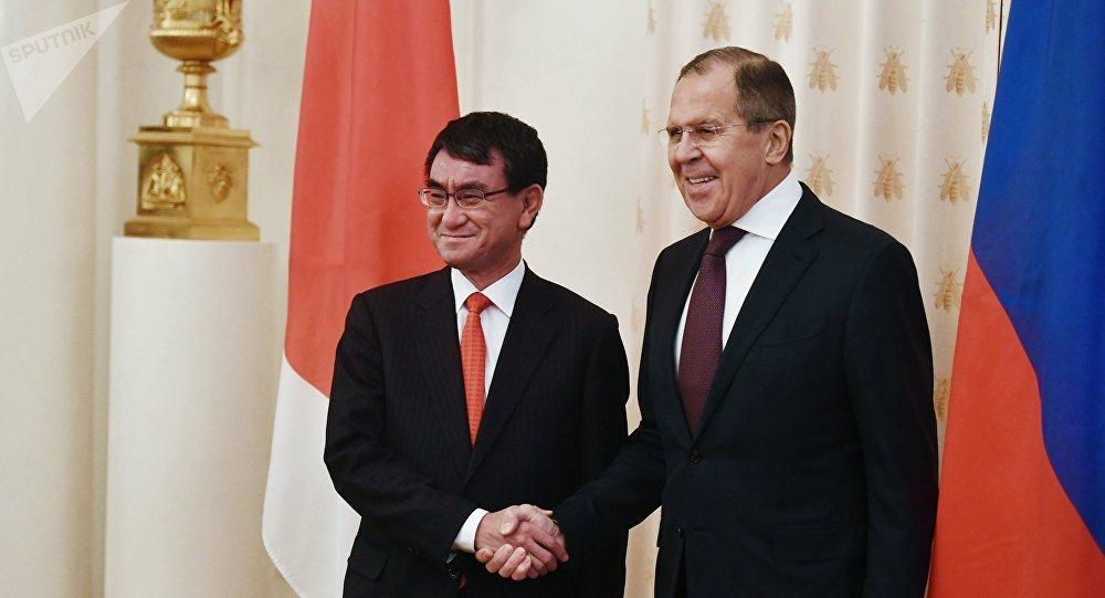 El ministro de Asuntos Exteriores de Japón, Taro Kono, y el ministro de Asuntos Exteriores de Rusia, Serguéi Lavrov