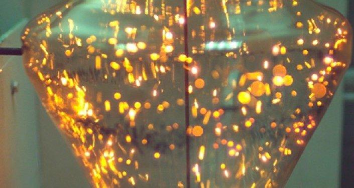 Gotas flotantes de combustible de agua y carbón en la cámara de combustión
