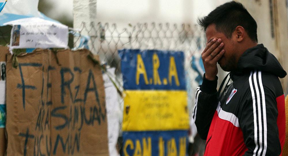 Un hombre reacciona a la desaparicion del submarino argentino ARA San Juan