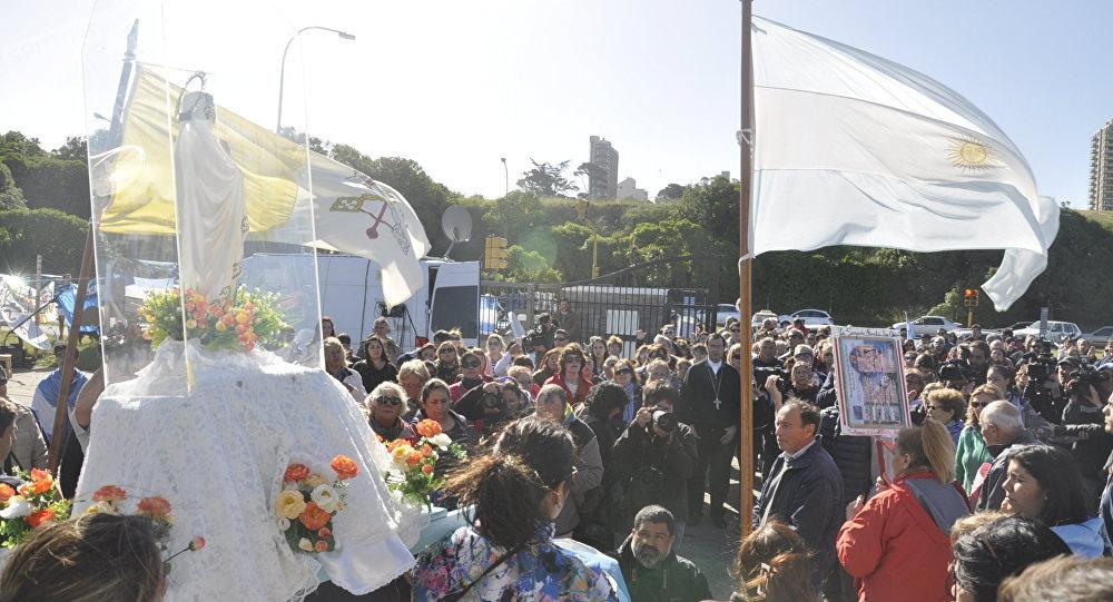 Familiares de tripulación de submarino perdido cuestionan a Dios lo sucedido