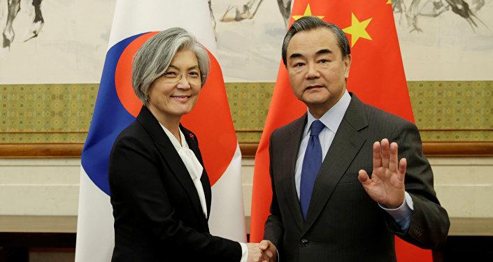 La ministra de Defensa de Corea del Sur, Kang Kyung-wha, y su homólogo chino, Wang Yi, en Pekin