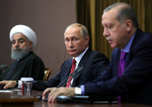 El presidente de Rusia, Vladímir Putin (centro)