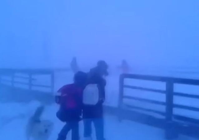 Escolares siberianos vuelven del cole con vientos de más de 100 km/h