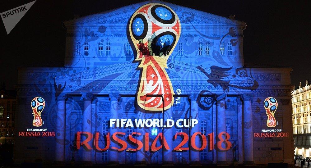 Logotipo oficial de la Copa Mundial 2018 en la fachada del Teatro Bolshoi de Moscú