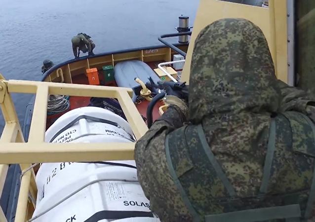 La Armada de Rusia libera un buque capturado por piratas
