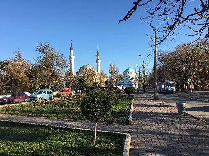 Una mezquita y una iglesia ortodoxa en Eupatoria, Crimea
