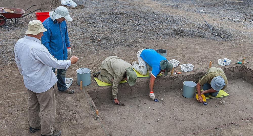 El doctor Alexandr Popov, de la Universidad Federal del Lejano Oeste de Rusia, en la excavación en Real Alto, Ecuador.