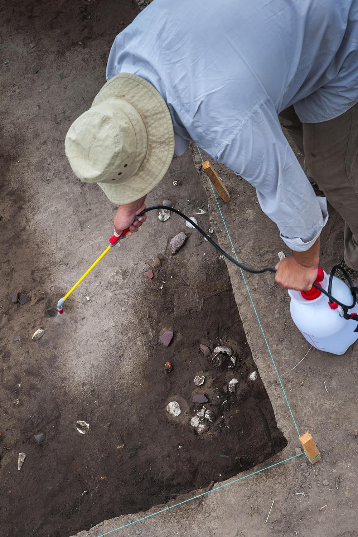 El doctor Alexandr Popov, de la Universidad Federal del Extremo Oriente de Rusia, en la excavación en Real Alto, Ecuador.