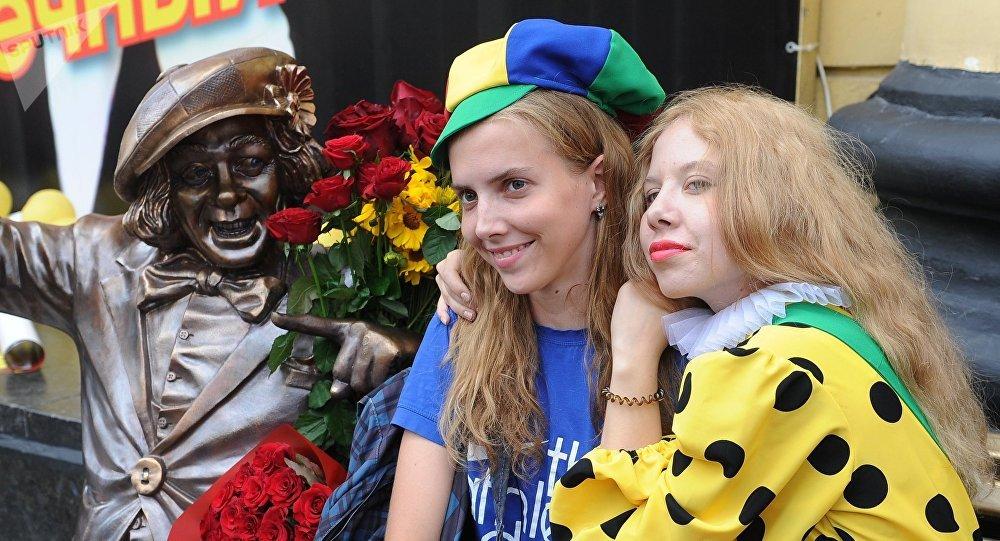 Jóvenes posan con el monumento al payado en la ciudad de Rostov del Don, Rusia