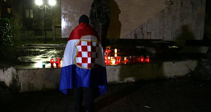Un bosniocroata reza por Slobodan Praljak, fallecido tras tomar veneno en el Tribunal de la Haya (archivo)