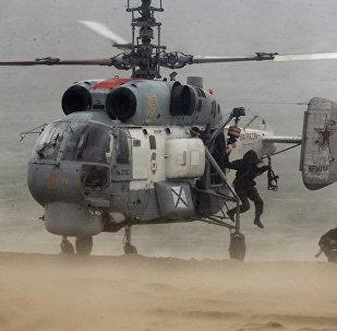 Marineros de la Flota del Báltico de Rusia realizan maniobras a bordo de un helicóptero Ka-27 (archivo)