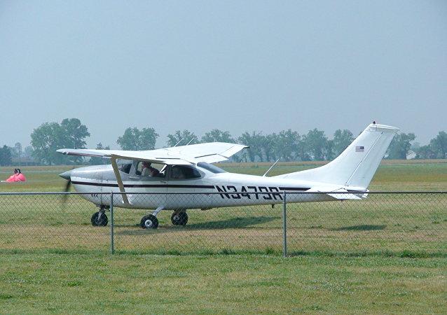 Un avión tipo Cessna 182 (imagen referencial)