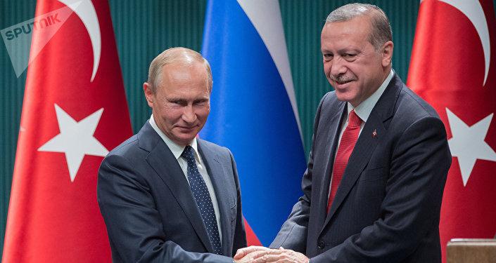Vladímir Putin, presidente de Rusia (izda.) y Recep Tayyip Erdogan, presidente de Turquía (drcha.)