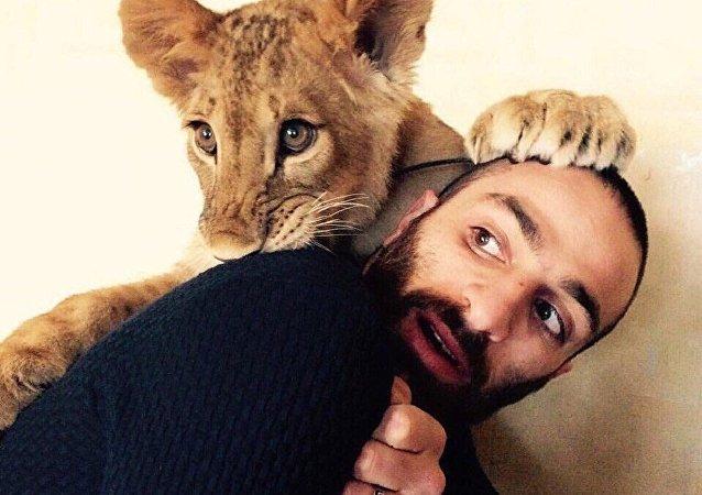 Artiom Martirosian y su leona Legenda