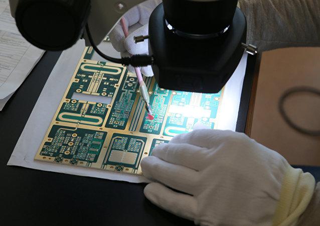 La fabricación de las placas de circuito impreso en el suburbio moscovita de Dubná (imagen referencial)