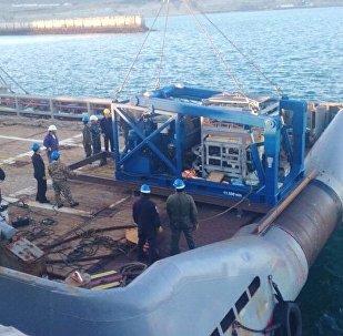 El buque de la Armada argentina Islas Malvinas con el sumergible ruso Pantera Plus