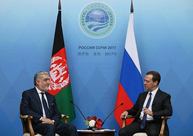 El primer ministro de Rusia, Dmitri Medvédev, y su homólogo afgano, Abdullah Abdullah