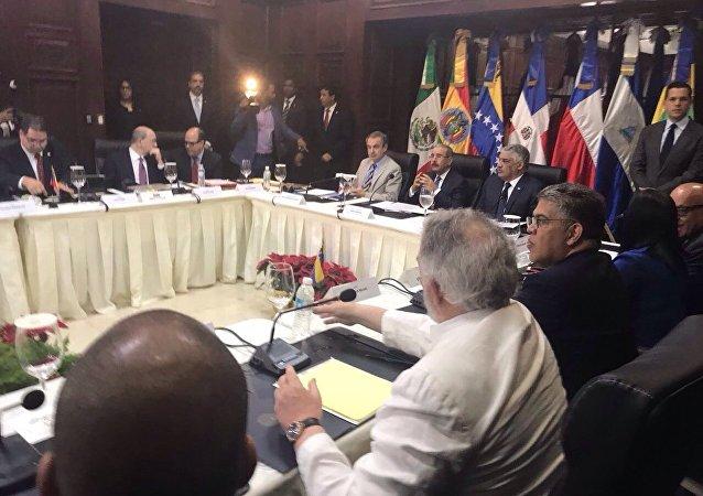 Delegaciones de Gobierno y oposición dialogan en Santo Domingo
