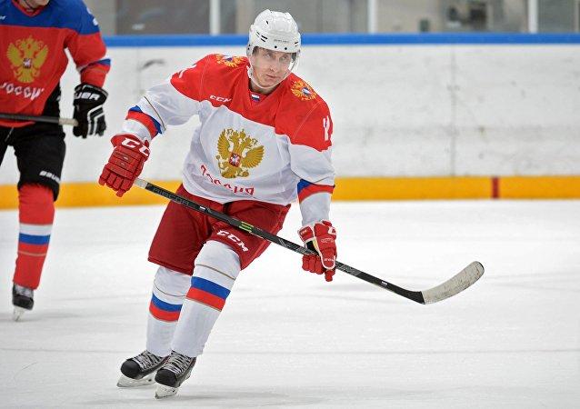 Vladímir Putin, presidente de Rusia, jugando al hockey