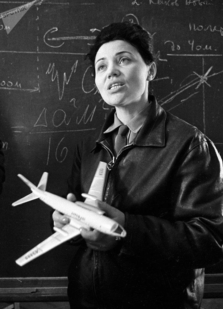La mítica 'señora MiG' soviética Marina Popóvich: una vida en imágenes