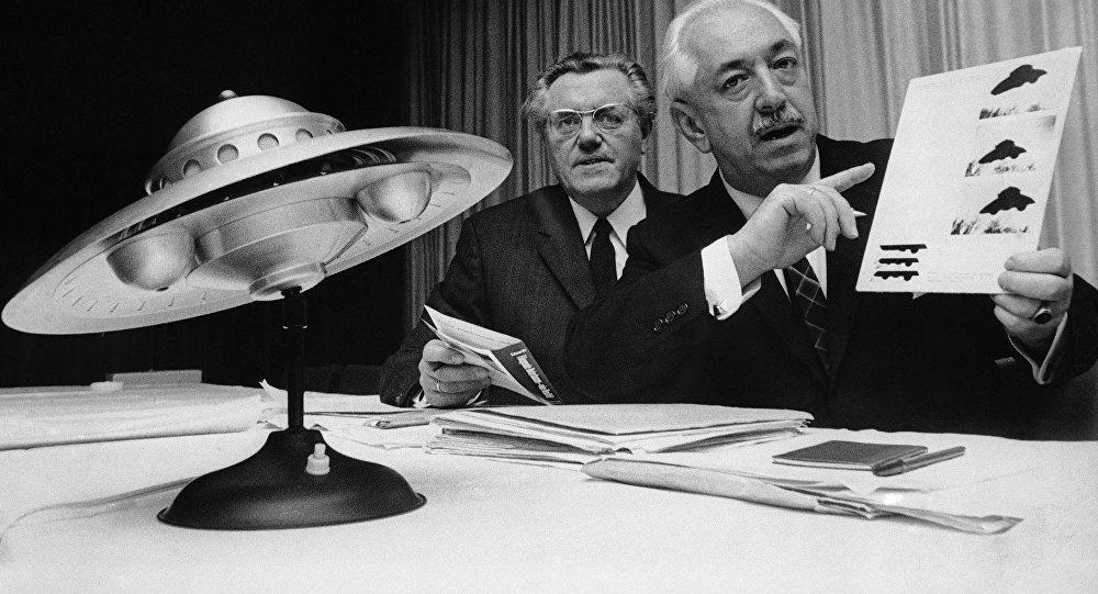 Colman von Keviczky, exfuncionario de las Naciones Unidas (a la derecha) y Karl L. Viet, presidente de la rama alemana de la sociedad de estudio ovni, durante la conferencia internacional de estudiantes ovni en Maguncia, República Federal de Alemania, 31 de octubre de 1967