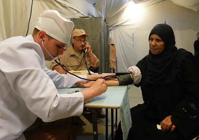 Una residente de Palmira con un médico ruso