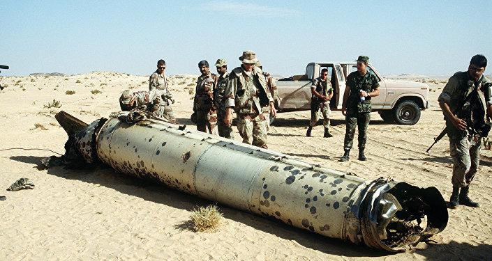 Militares inspeccionan un cohete del tipo R-17 (archivo)