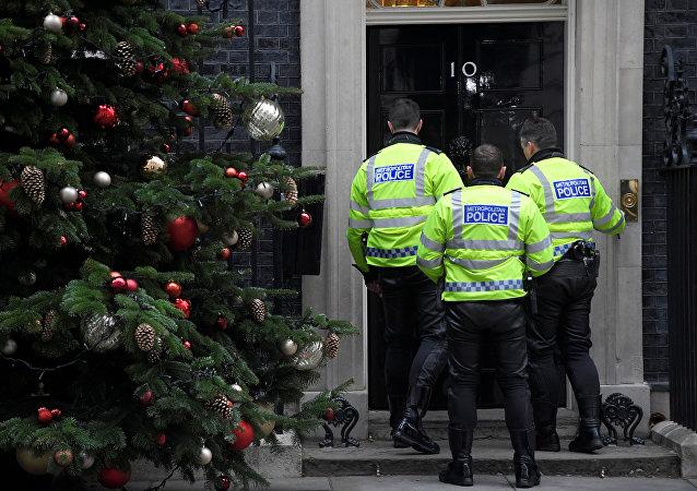 La policía británica cerca de la residencia de Theresa May en Downing Street, 10 en Londres