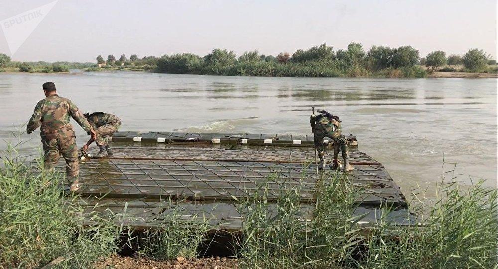 Militares sirios en la ribera occidental del Éufrates (archivo)