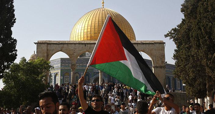 Un hombre con la bandera de Palestina en Jerusalén (archivo)