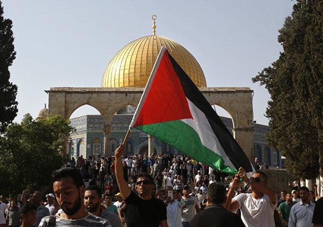 Un hombre con la bandera de Palestina en Jerusalén