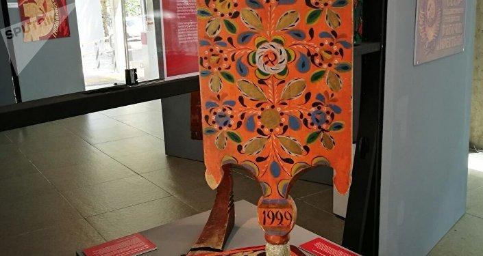 Una artesanía expuesta en la muestra '100 años de Octubre Rojo', en Montevideo, Uruguay.