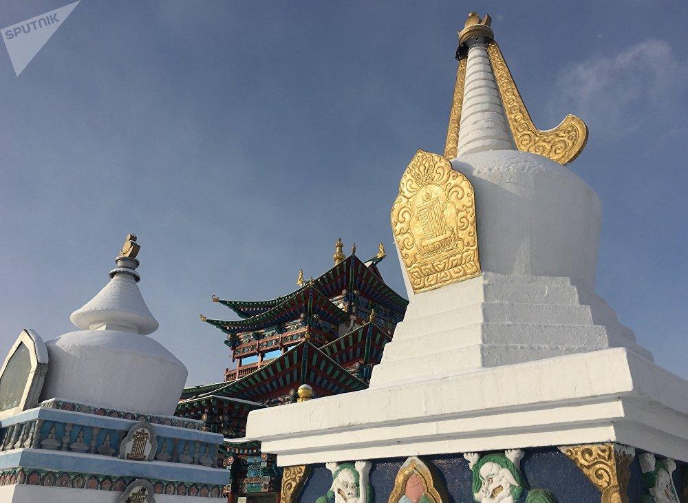 Estupas budistas cerca de un templo del monasterio de Ívolga