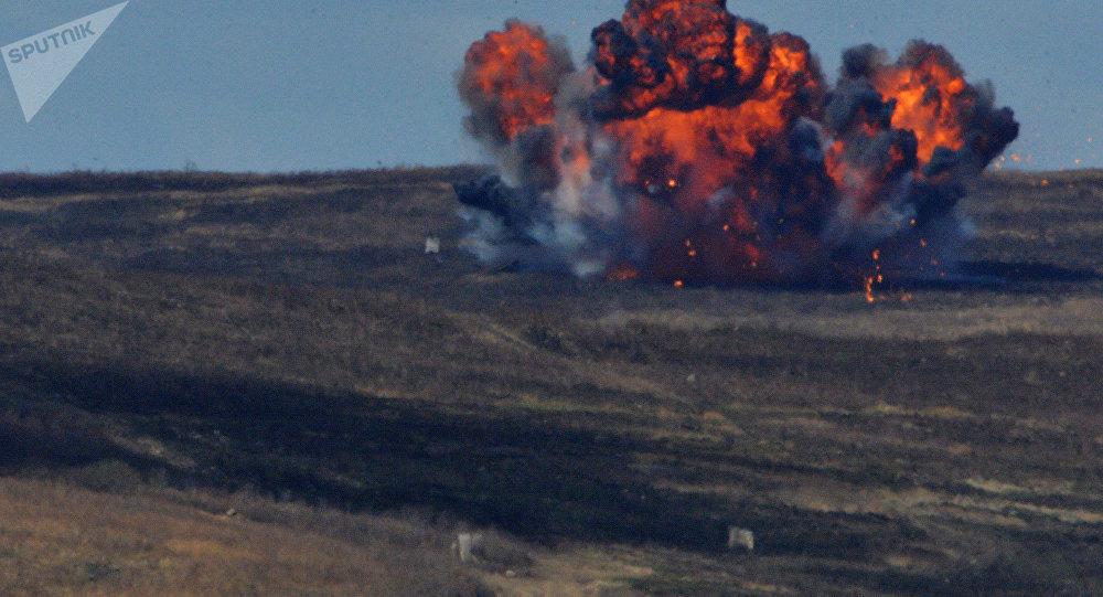 Una explosión de una bomba durante unos ejercicios