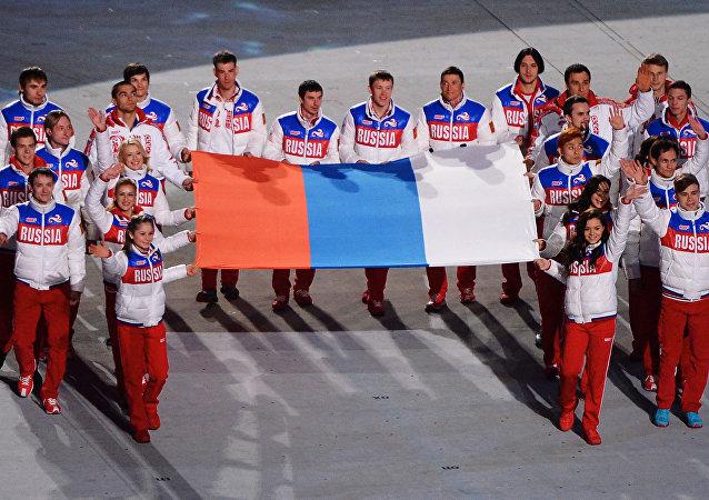 Atletas rusos durante la ceremonia solemne de clausura de los JJOO de Sochi, en 2014