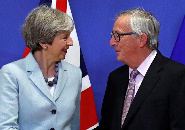 Primera ministra del Reino Unido, Theresa May, y presidente de la Comisión Europea, Jean-Claude Juncker
