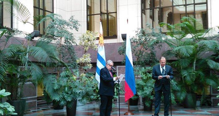 Enrique Juan Delgado Genta (izda.) y Serguéi Lavrov (dcha.)