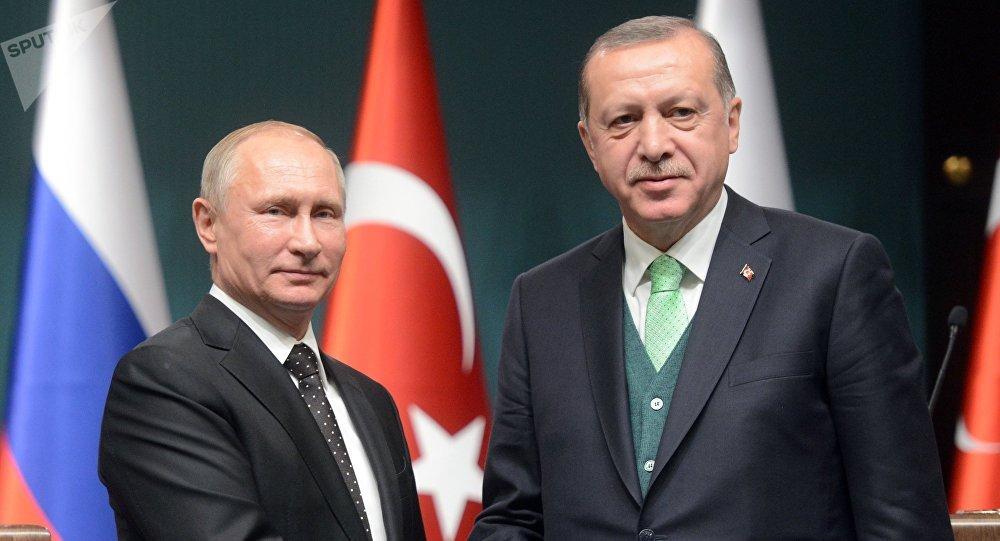 El presidente ruso, Vladímir Putin, con su par turco Recep Tayyip Erdogan (archivo)