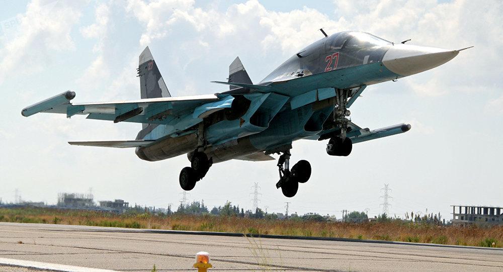 Aterrizaje de un Su-34 la base de Hmeymim en Siria (archivo)