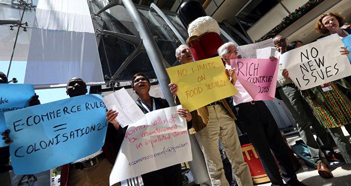 Activistas protestando durante la XI Conferencia Ministerial de la OMC en Buenos Aires, Argentina