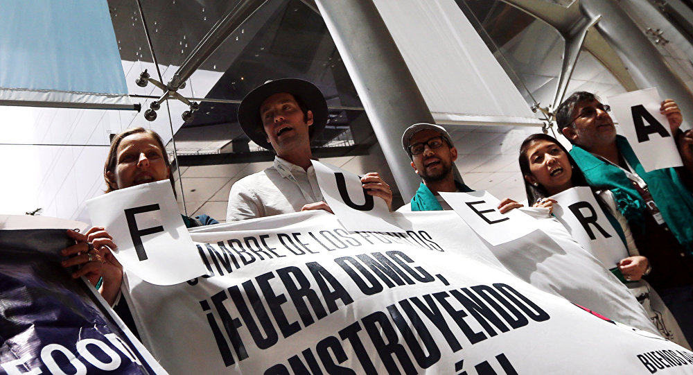 Activistas que participan en la Cumbre de los Pueblos contra la OMC en Buenos Aires, Argentina.