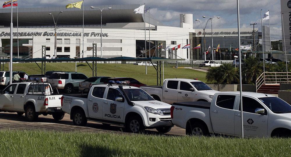 Vehículos de la policía aparecen aparcados frente a la sede de la Conmebol en Asunción, Paraguay
